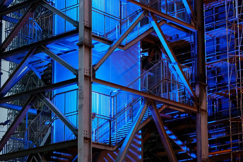 Der Treppenturem des Gasometers mit blauer LED-Beleuchtung