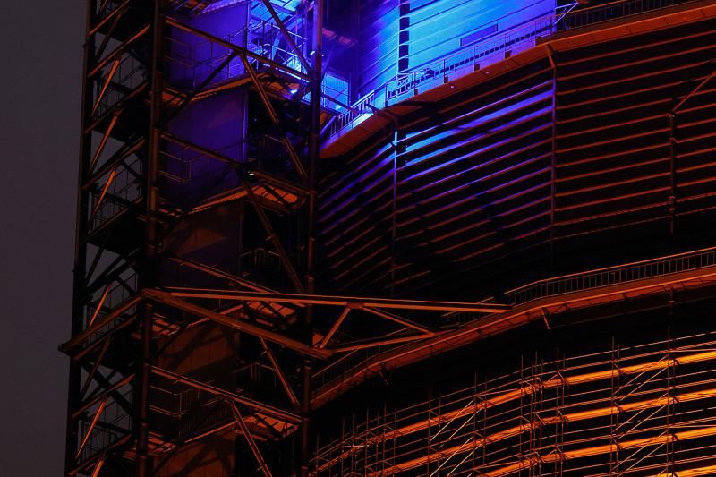 Lichtest am Gasometer mit blauen und warmweißen Strahlern