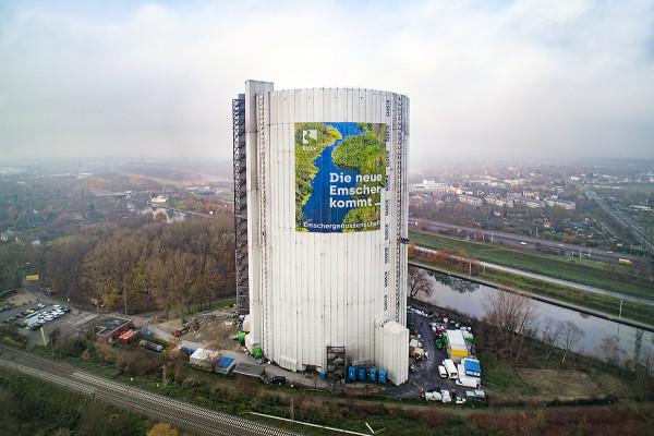 Luftaufnahme des Gasometers mit Megaposter der Emschergenossenschaft