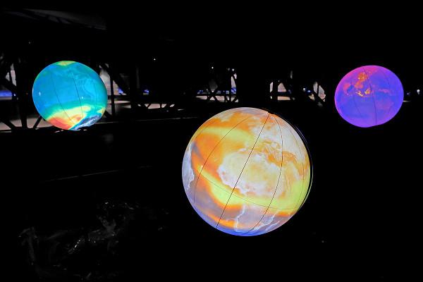 Ein erster Test der Leuchtmittel lässt die drei Globen strahlen