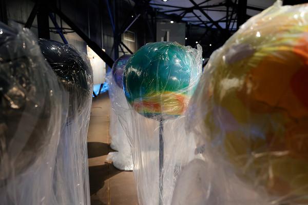 Vier eingepachte Globen auf der oberen Ausstellungsebene des Gasometers