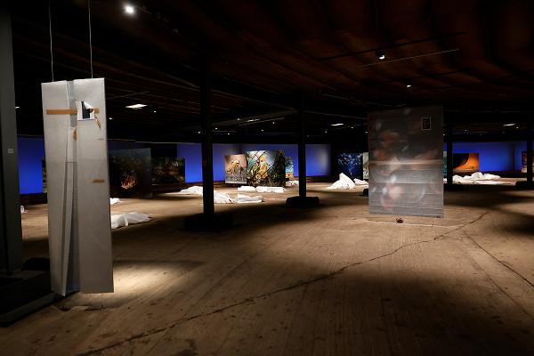 Viele Exponate in der unteren Ausstellungsebene befinden sich noch in Ihren Schutzfolien