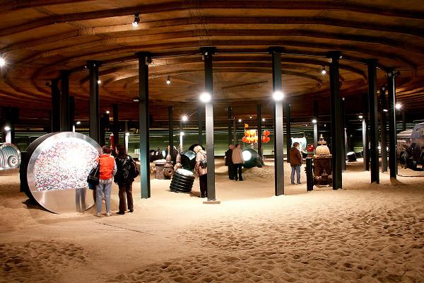 Verschiedenen Exponate und Besucher in der unteren Ausstellungsebene