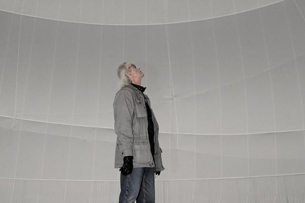 Der Ünstler Christo steht inmitten de Big Air Package