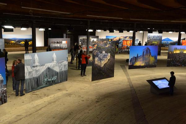 Großformatige Fotos zeigen Christos bisherige Projekte in der unteren Ausstellungsebene des Gasometerss