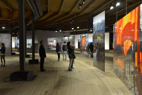 Großformatige Fotos zeigen Christos bisherige Projekte