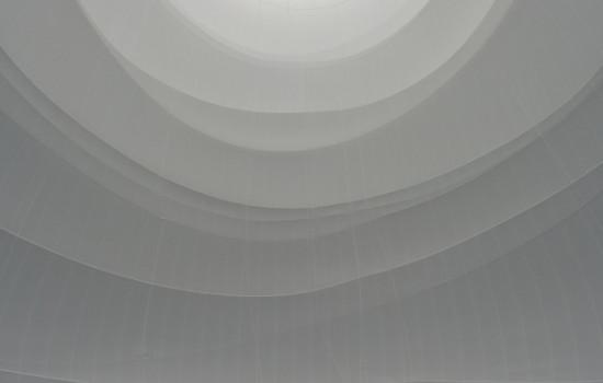 Im unteren Bildrand stehende Menschenmenge in einer weißen Umgebung mit unterschiedlichen Schraffierungen. Besucher im Inneren des Big Air Package.