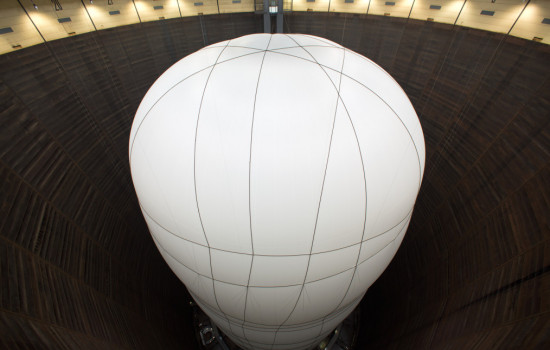 Foto eines weißen Ballons mit dünnen schwarzen Streifen im Inneren des Gasometers – The Big Air Package Skulptur