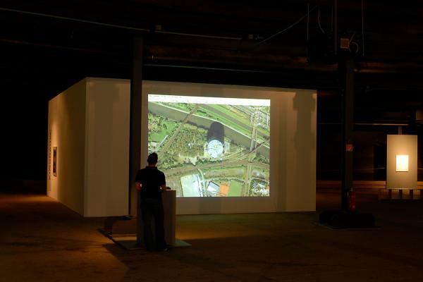 Besucher steht vor einer projektion eines Satellitenbildes.