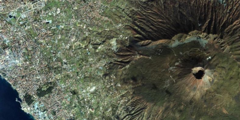 Fotografie von oben vom Vulkan Vesuv mit umgrenzender Stadt