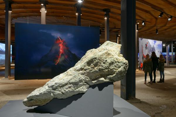 """Steinbrocken von der Spitze des Matterhorns in der Ausstellung """"Der Berg ruft""""."""