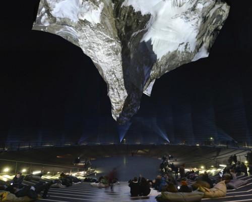 Foto der 3D-Projektion des Matterhorns, die kopfüber im 100 Meter hohen Luftraum des Gasometers dargestellt wird.