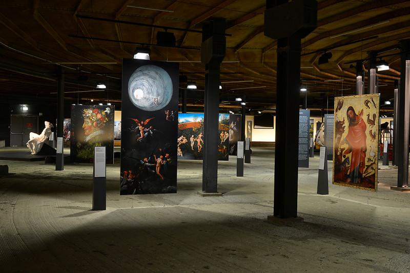 Exponate in der unteren Ausstellungsebene des Gasometers Oberhausen