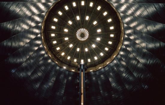 Fotografie von unten an die Decke des Gasometers