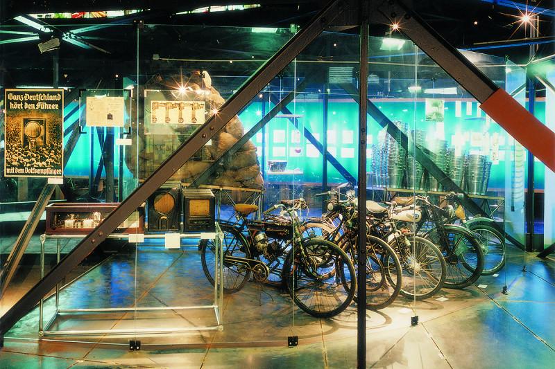 Röhrenradios und Fahrräder als Exponate