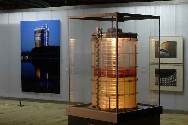 Miniatur-Gasometer und Gasometer Fotografien als Ausstellungsstücke