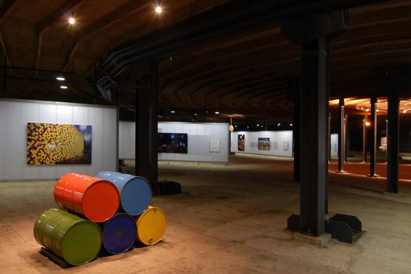 Untere Ausstellungsebenen mit Exponaten.
