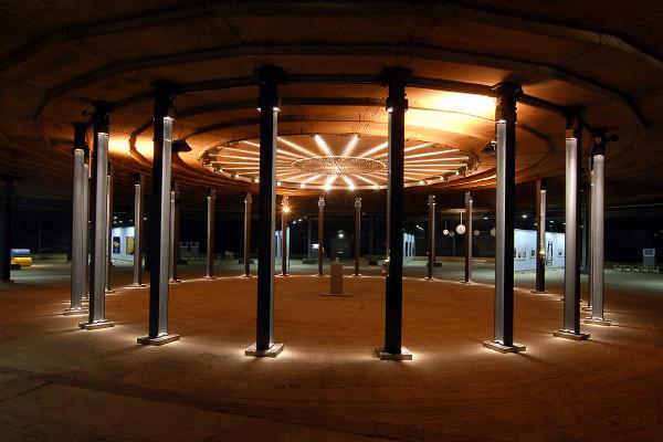 Einblick in das Zentrum der unteren Ausstellungsebene