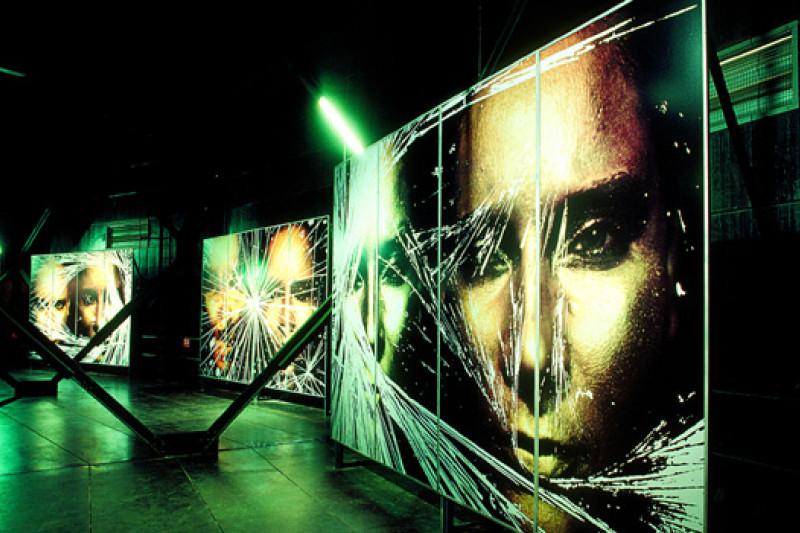 Bilder von zwei Gesichtern auf drei zerkratzen und  nebeneinander platzierten Tafeln