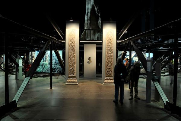 Zwei Säulen und eine Statue auf der oberen Austellungsebene des Gasometers