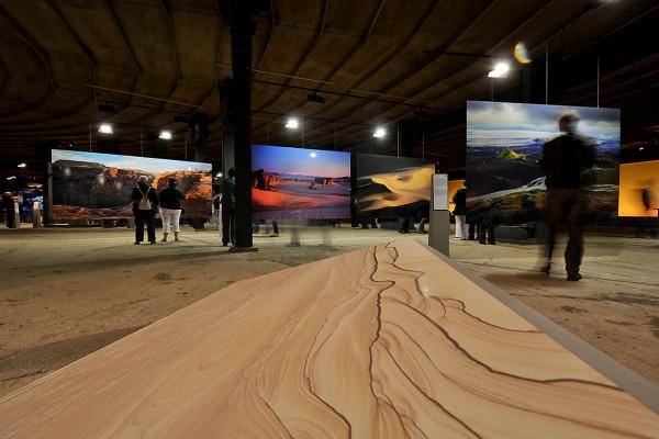 Mehrer großformatige Fotos hängen in der unteresten Ausstellungsebene des Gasometers.