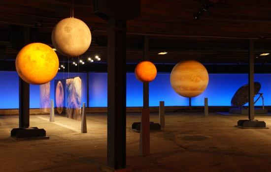 Darstellung des Planetensystems durch von oben hängende Planeten im Inneren des Gasometers.