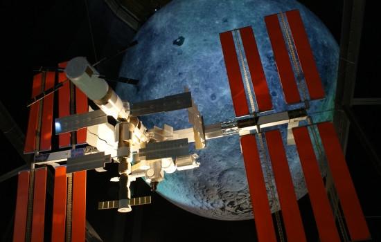 ISS-Modell vor dem Mond