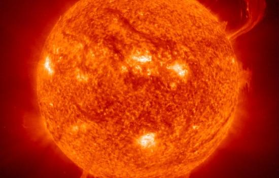 Fotografie von der Sonne mit sichtbaren Eruptionen.