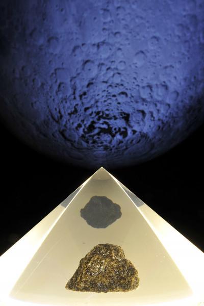 Mondgestein vor der Mondskulptur des Gasometers