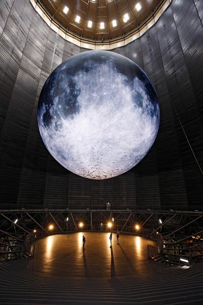 Mond im Luftraum des Gasometers