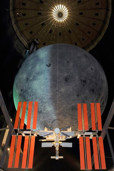 Nachbau der Internationalen Raumstation vor der Mondskulptur.