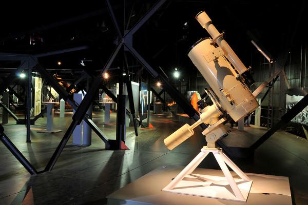 Ein teleskop als Exponat in der obere nAusstellungsebene des Gasometers