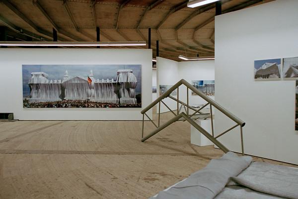 Ausstellungswände und Exponate in der unteren Ebene des Gasometers