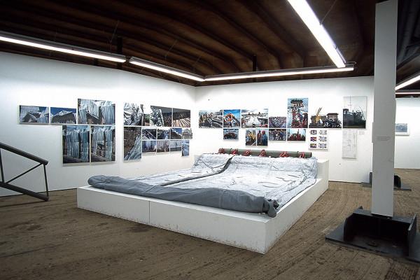 Exponat und Fotografien in der unteren Ebene des Gasometers