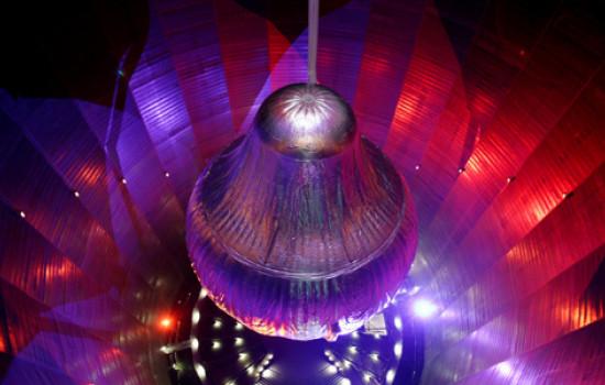 Von oben fotografierter silbriger Ballon im Inneren des Gasometers