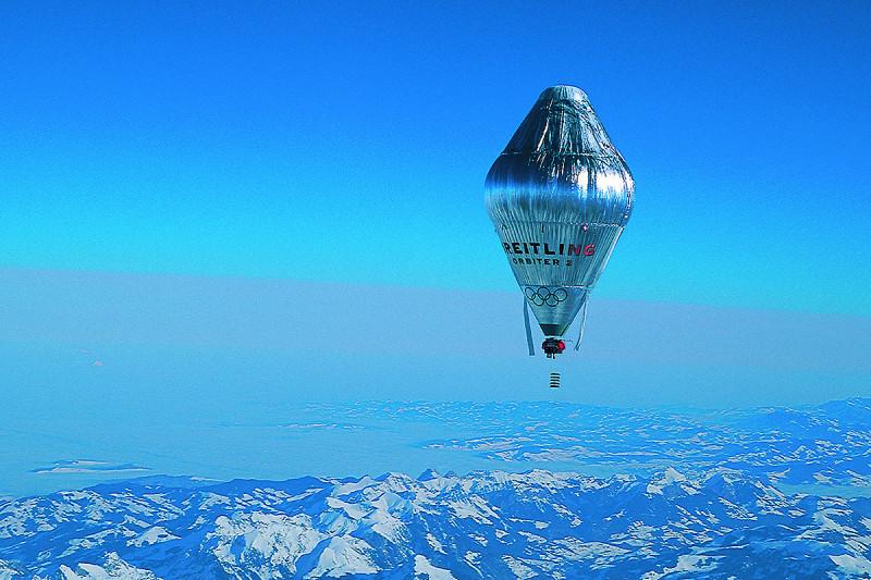 Der Breitling Orbiter schwebt über einer Bergkette