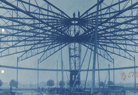 Historische Fotografie des Aufbaus der zylinderförmigen Dachkonstruktion.