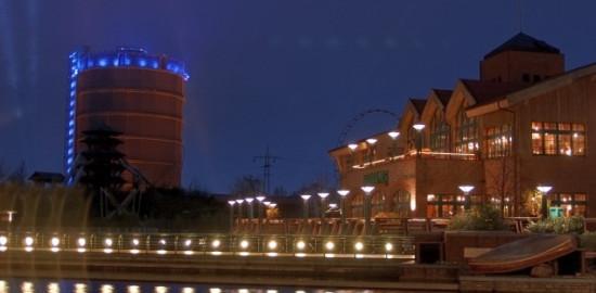 Fotografie vom beleuchteten Gasometer in Oberhausens Neuer Mitte bei Nacht.
